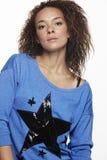 Retrato de una mujer joven en el estudio, camisa azul que lleva Fotografía de archivo