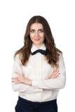 Retrato de una mujer joven en la camisa y el bowtie blancos fotos de archivo libres de regalías