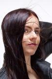 Retrato de una mujer joven en la chaqueta de cuero Imagenes de archivo