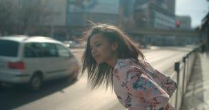 Retrato de una mujer joven en las calles de la ciudad Fotos de archivo libres de regalías