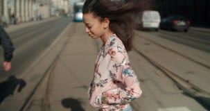 Retrato de una mujer joven en las calles de la ciudad Foto de archivo