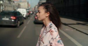 Retrato de una mujer joven en las calles de la ciudad Imagen de archivo