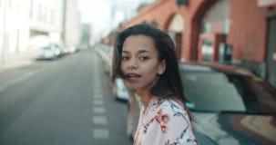 Retrato de una mujer joven en las calles de la ciudad Imagenes de archivo