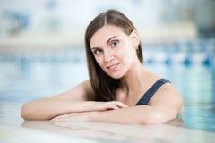 Retrato de una mujer joven en piscina del deporte Imagenes de archivo