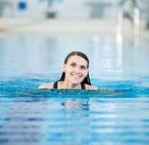 Retrato de una mujer joven en piscina del deporte Fotos de archivo