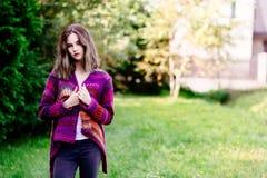Retrato de una mujer joven en suéter de lana Imagenes de archivo