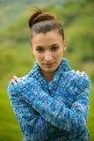 Retrato de una mujer joven en tiempo frío Foto de archivo