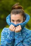 Retrato de una mujer joven en tiempo frío Fotos de archivo