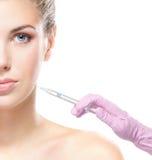 Retrato de una mujer joven en un procedimiento de la inyección del botox Fotos de archivo libres de regalías