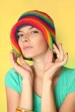 Retrato de una mujer joven en un sombrero foto de archivo