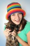 Retrato de una mujer joven en un sombrero fotos de archivo