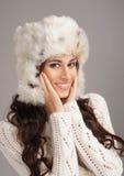 Retrato de una mujer joven en un sombrero del invierno Fotografía de archivo