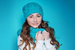 Retrato de una mujer joven en un sombrero hecho punto Imágenes de archivo libres de regalías