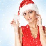 Retrato de una mujer joven en un sombrero rojo de Santa Foto de archivo libre de regalías