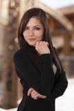 Retrato de una mujer joven en una sonrisa oscura del chaleco. imagen de archivo libre de regalías
