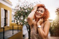 Retrato de una mujer joven en vestido atractivo fotografía de archivo