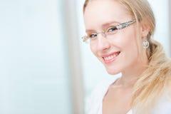 Retrato de una mujer joven encantadora con los vidrios Foto de archivo