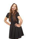Retrato de una mujer joven entusiasta que ríe en vestido negro Imágenes de archivo libres de regalías