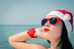 Retrato de una mujer joven feliz en el sombrero de Santa Claus Fotos de archivo libres de regalías