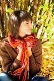 Retrato de una mujer joven feliz en parque del otoño Fotos de archivo