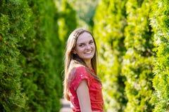 Retrato de una mujer joven feliz imagen de archivo libre de regalías