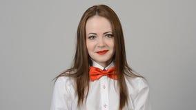 Retrato de una mujer joven hermosa almacen de metraje de vídeo