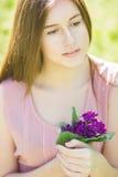 Retrato de una mujer joven hermosa con el pelo marrón fotos de archivo