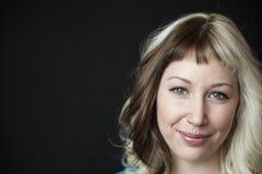 Mujer joven hermosa con Brown y el pelo rubio Fotografía de archivo libre de regalías