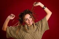 Retrato de una mujer joven hermosa con los dreadlocks en un rojo Fotografía de archivo libre de regalías