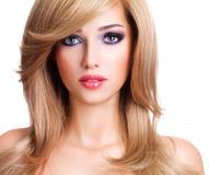 Retrato de una mujer joven hermosa con los pelos blancos largos Foto de archivo libre de regalías