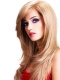 Retrato de una mujer joven hermosa con los pelos blancos largos Imagen de archivo libre de regalías