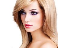 Retrato de una mujer joven hermosa con los pelos blancos largos Fotografía de archivo libre de regalías