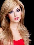 Retrato de una mujer joven hermosa con los pelos blancos largos Imagenes de archivo