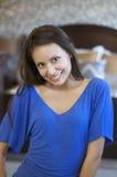 Retrato de una mujer joven hermosa con sonrisa bonita foto de archivo libre de regalías