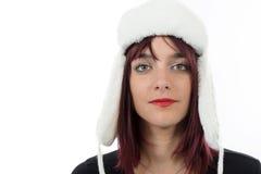 Retrato de una mujer joven hermosa con un sombrero del invierno en blanco Foto de archivo