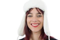 Retrato de una mujer joven hermosa con un sombrero del invierno en blanco Imagenes de archivo