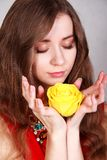 Retrato de una mujer joven hermosa con una rosa amarilla Foto de archivo libre de regalías