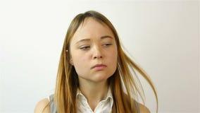Retrato de una mujer joven hermosa El gesto del retrato del disgusto de una mujer joven hermosa Un gesto de la pena almacen de video