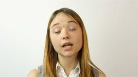 Retrato de una mujer joven hermosa El gesto del retrato del disgusto de una mujer joven hermosa Un gesto de la pena almacen de metraje de vídeo