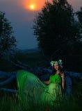 Retrato de una mujer joven hermosa en el fondo de la puesta del sol Fotos de archivo libres de regalías