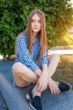 Retrato de una mujer joven hermosa en la ciudad de las calles Fotos de archivo