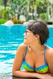 Retrato de una mujer joven hermosa en la piscina Imagen de archivo libre de regalías