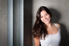 Retrato de una mujer joven hermosa en la tapa blanca Fotografía de archivo libre de regalías