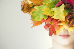Retrato de una mujer joven hermosa en otoño imagenes de archivo