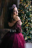 Retrato de una mujer joven hermosa en una imagen de la reina Imagen de archivo libre de regalías