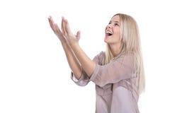 Retrato de una mujer joven hermosa entusiasta que aumenta las manos Foto de archivo