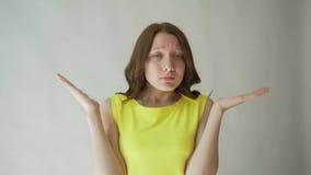 Retrato de una mujer joven hermosa que gesticula con sus manos, mostrando que ella no entiende cualquier cosa Carrocería almacen de video