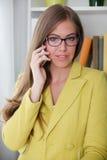 Retrato de una mujer joven hermosa que habla en el teléfono Imagenes de archivo