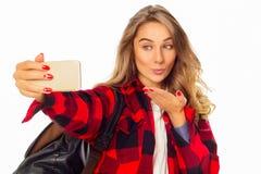 Retrato de una mujer joven hermosa que hace el selfie en el teléfono elegante Imágenes de archivo libres de regalías