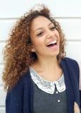 Retrato de una mujer joven hermosa que ríe al aire libre Fotos de archivo